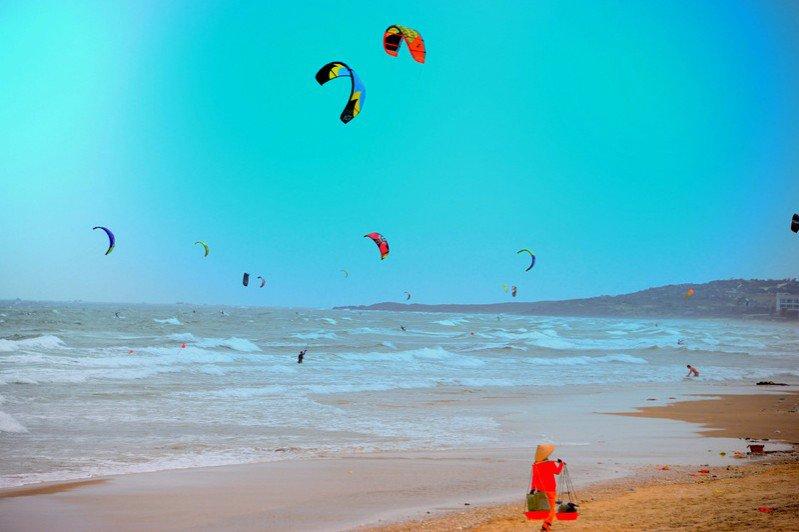 Phấn khích với trò lướt ván trên biển