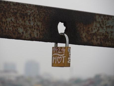 Những chiếc chìa khóa tình yêu trên cầu Long Biên