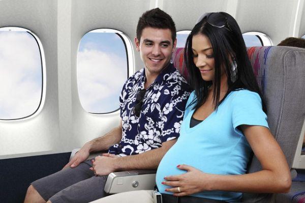 Có nên đi máy bay khi mang thai