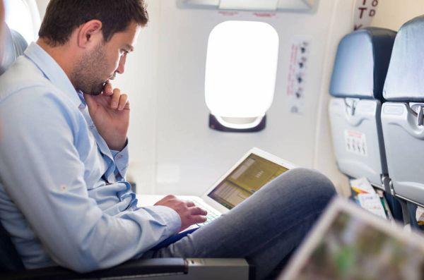 Đi máy bay nên ngồi đầu hay cuối